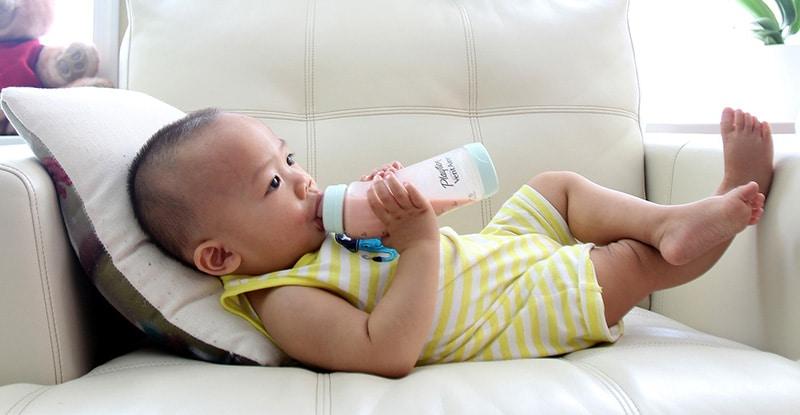 Bébé a vomit son biberon quand lui redonner ?